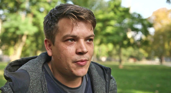 Felix Benneckenstein im Interview, in einem Park.