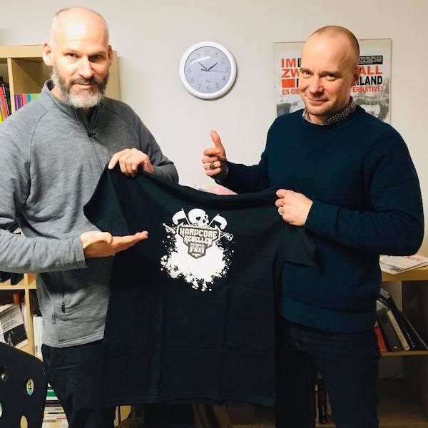 Matthew Quinn von EXIT-Australien bekommt ein T-Shirt von Fabian Wichmann gescheckt.